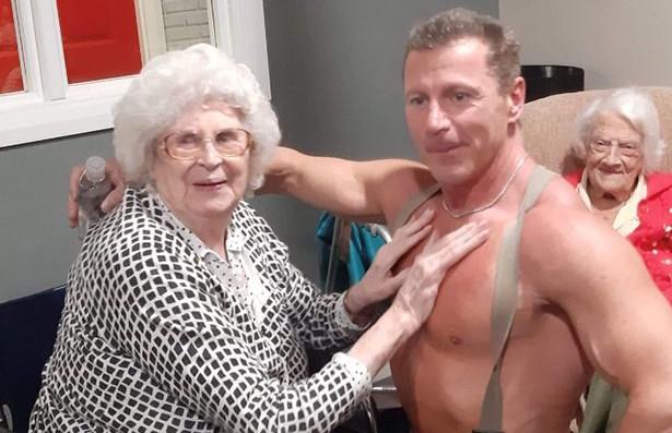Пенсионерка из дома престарелых вызвала себе стриптизера-пожарного