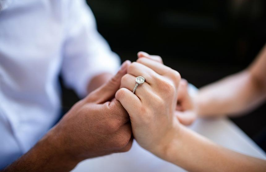 Эксклюзивное помолвочное кольцо невесты вСети сравнили свырванным зубом