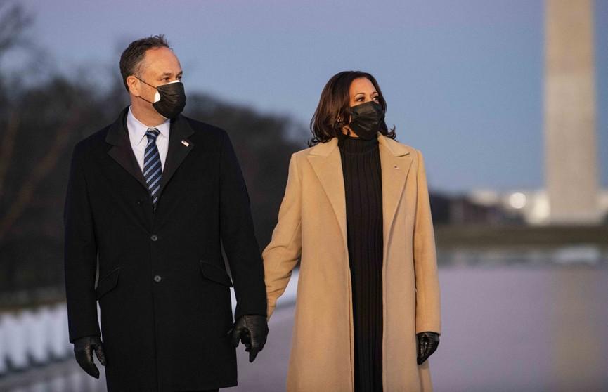 Камала Харрис затмила жену Байдена на мемориальном мероприятии в Вашингтоне