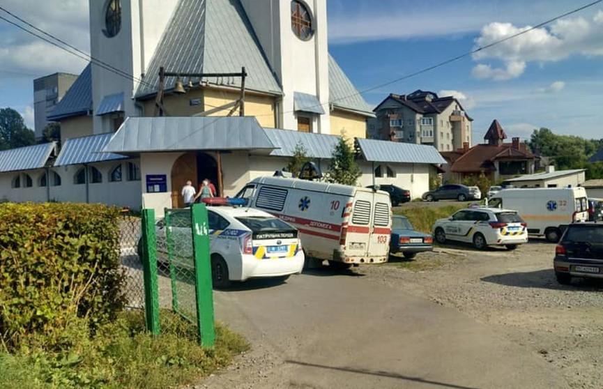 Девочка пыталась перерезать вены прямо в церкви в Украине