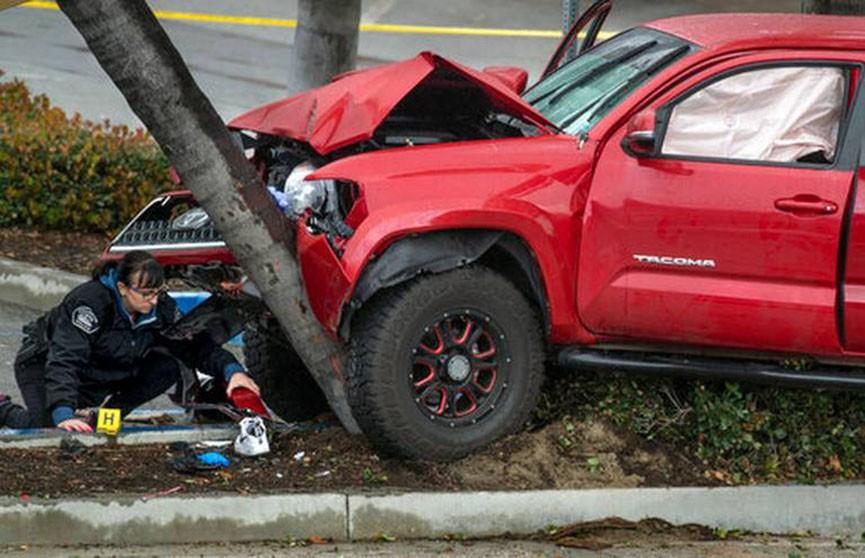 В Калифорнии внедорожник наехал на тротуар и сбил прохожих