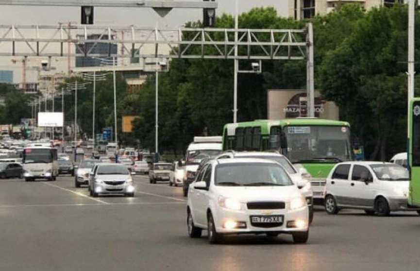 С 25 мая водителям в любое время суток обязательно нужно включать ближний свет фар