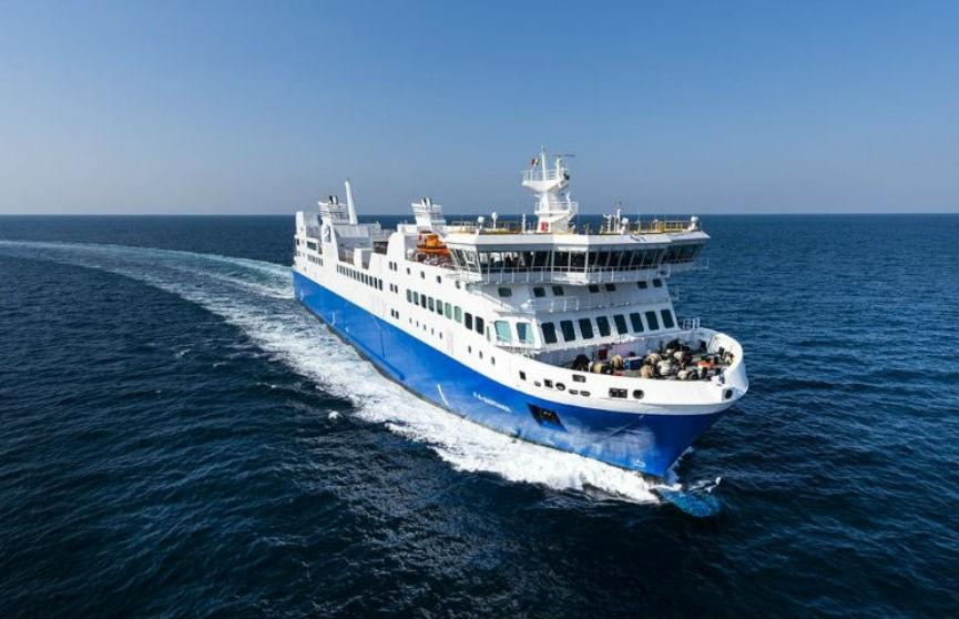 «Унеси меня, единорог!». В Греции к кораблю подплыла девочка на надувной игрушке