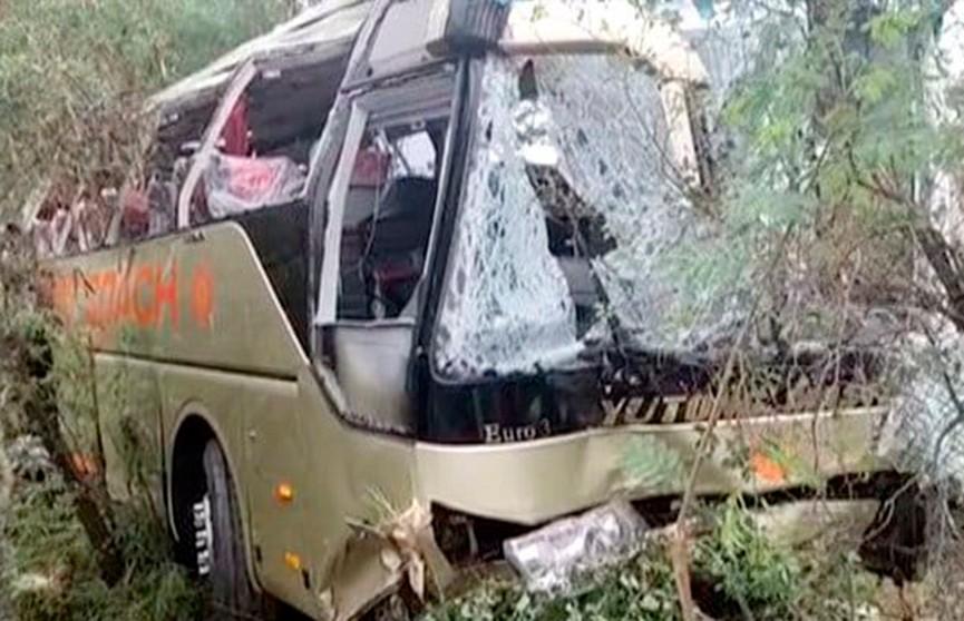 13 человек погибли в автокатастрофе в Пакистане