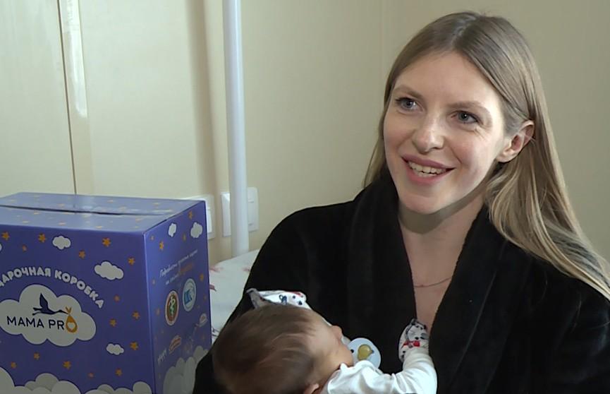 Коробку с подарками для новорожденного и мамы начали дарить в роддомах