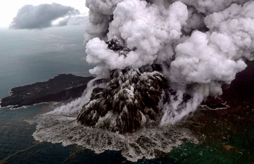 В Индонезии повышен уровень опасности из-за выброса вулканического пепла