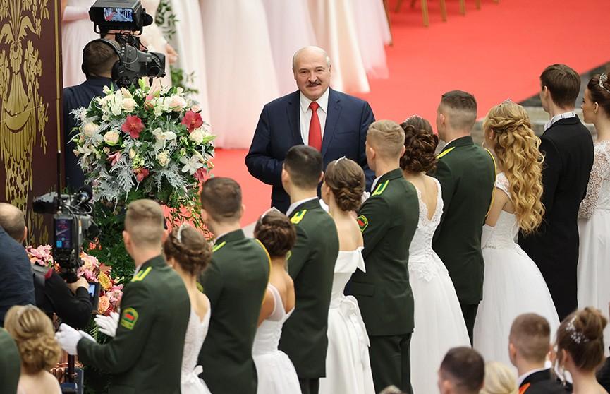 Во Дворце Независимости прошел новогодний бал для молодежи