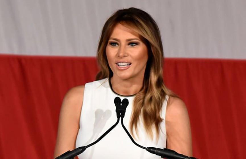 В белом платье с чёрным кантом: Мелания Трамп восхитила публику во время получения награды