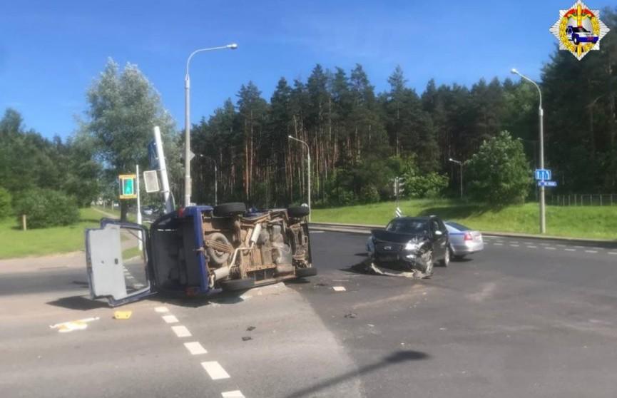 Авария на Ваупшасова в Минске: легковушка опрокинулась, водитель скрылся