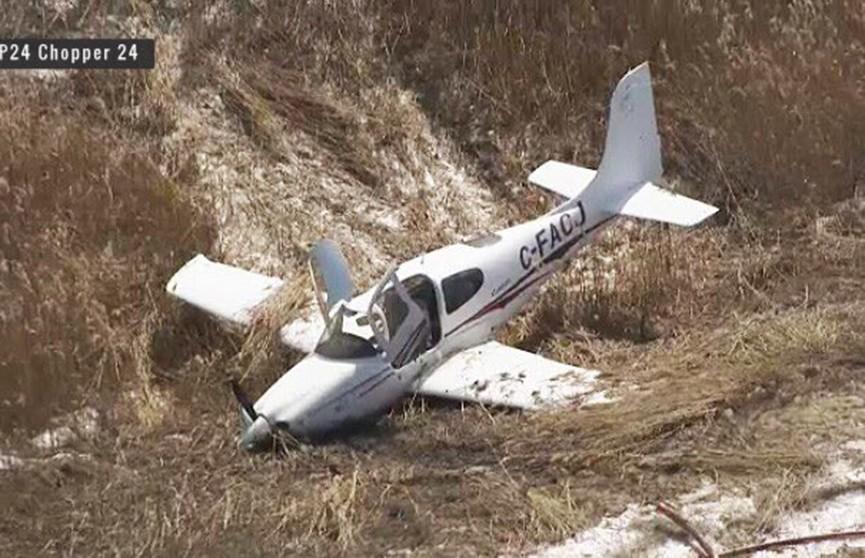 Самолёт едва не врезался в машину на шоссе в Канаде (Видео)