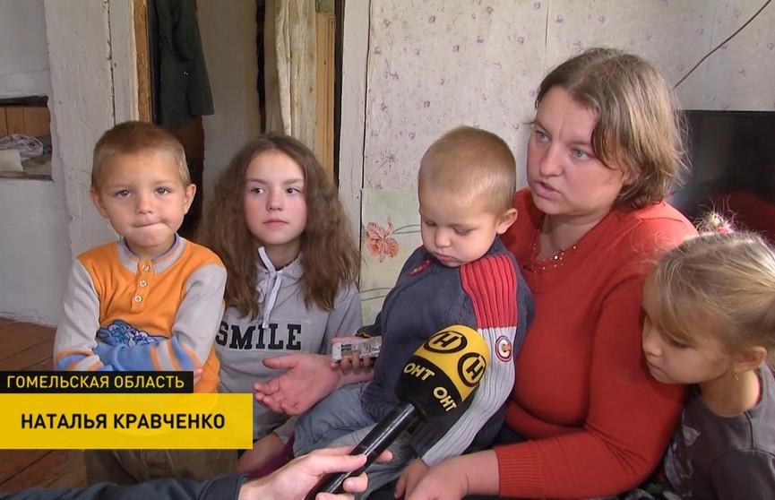 «Стоит стройка, гниёт». Многодетная семья вынуждена ютиться в старой деревянной избе из-за строительного спора