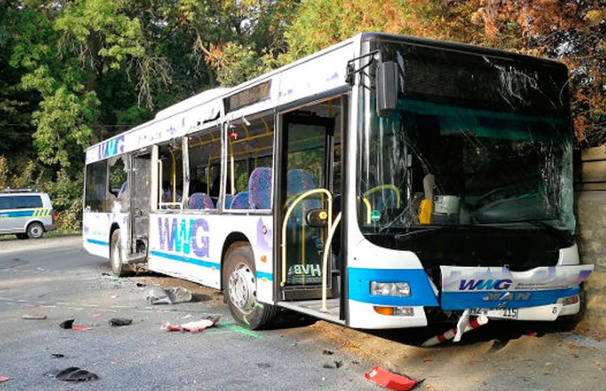 Грузовик протаранил школьный автобус в Германии