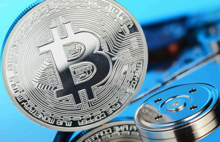 Зарплата – в биткоинах: смогут ли виртуальные деньги потеснить наличные?
