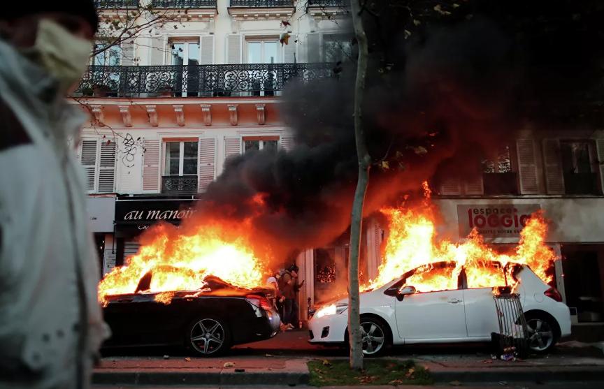 Более 130 тысяч человек вышли на акции протеста во Франции, в Париже вспыхнули беспорядки