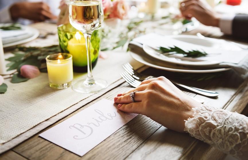 Мама жениха разослала свадебные приглашения с оскорблением невесты