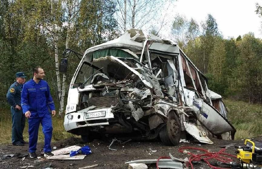 Фура врезалась в пассажирский автобус под Ярославлем: не менее 7 человек погибли