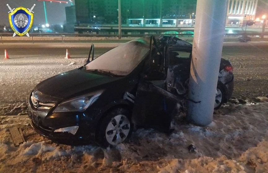 Ночью в Минске автомобиль въехал в мачту освещения: погибла девушка-водитель