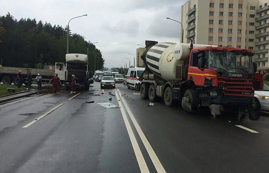 Грузовик и бетономешалка столкнулись в Минске