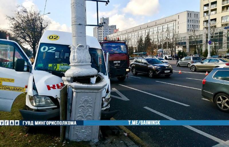 Массовое ДТП на проспекте Независимости в Минске: столкнулись несколько машин – маршрутка врезалась в мачту освещения