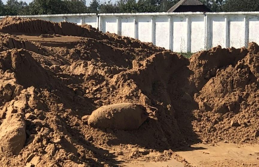 Из ковша экскаватора выпала авиабомба во время разравнивания песка