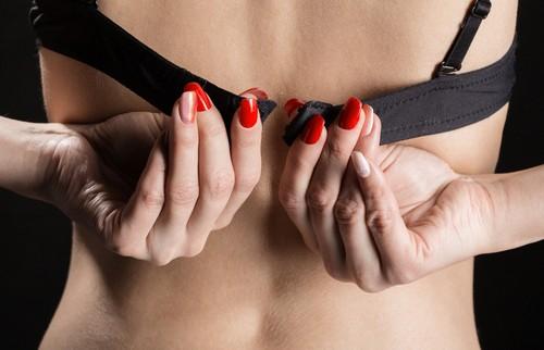 Женщина решила увеличить грудь втайне от мужа и умерла