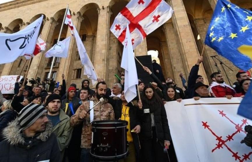 В Тбилиси прошли митинги возле здания парламента