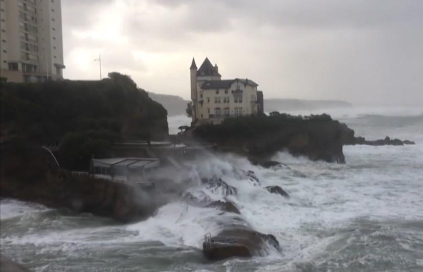 По французскому побережью прошел шторм «Амели»