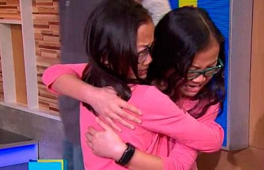 Невероятная история: близняшки встретились на ток-шоу спустя десять лет после разлуки (ВИДЕО)