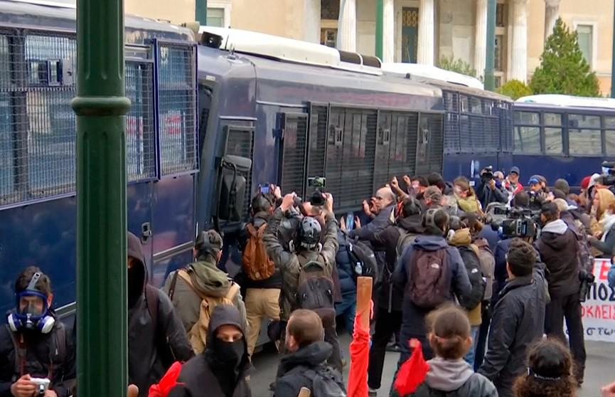 Погром на афинских улицах! Столкновениями с полицией завершился очередной протест учителей в Греции
