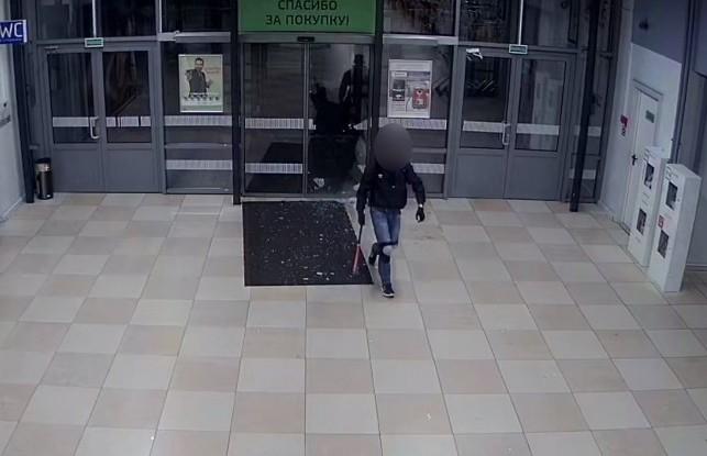 Опубликовано видео, где 18-летний парень с топором разгромил гипермаркет в Бресте