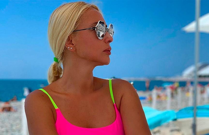 Лера Кудрявцева опубликовала фото с отдыха в купальнике после удаления имплантов
