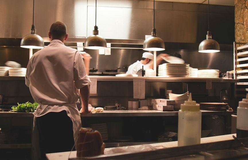 Хитрая клиентка ресторана решила сбежать, не заплатив, однако все пошло не по плану (ВИДЕО)
