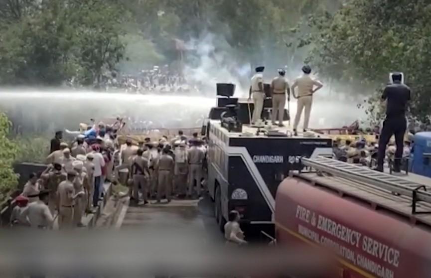 В Индии полиция применила водометы и слезоточивый газ против учителей, которые собрались, чтобы задать вопросы