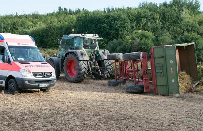 Экскурсионный трактор перевернулся в Германии, десятки пострадавших