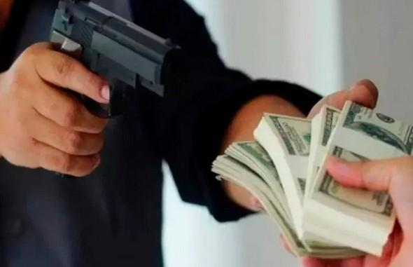 «Газуй, черт возьми». На первом свидании парень ограбил банк и попросил девушку его подвезти