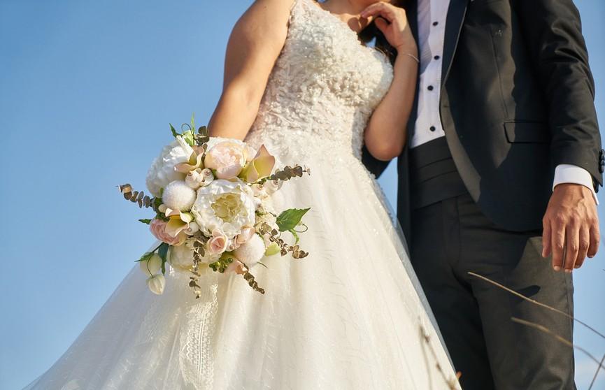 Школьный педагог сыграла свадьбу вприсутствии 450детей