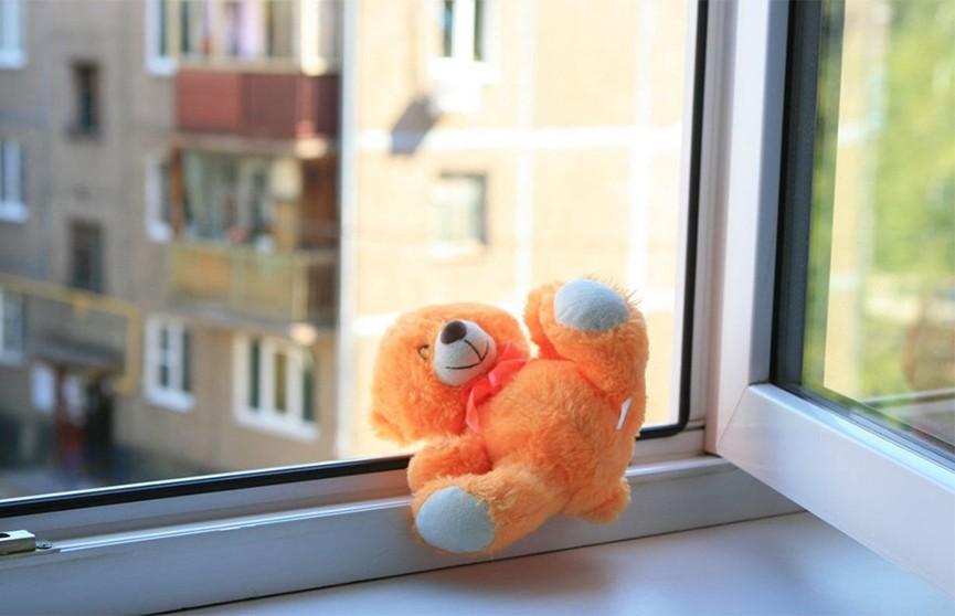 Четырёхлетний мальчик вывалился из окна четвёртого этажа в Речице и выжил