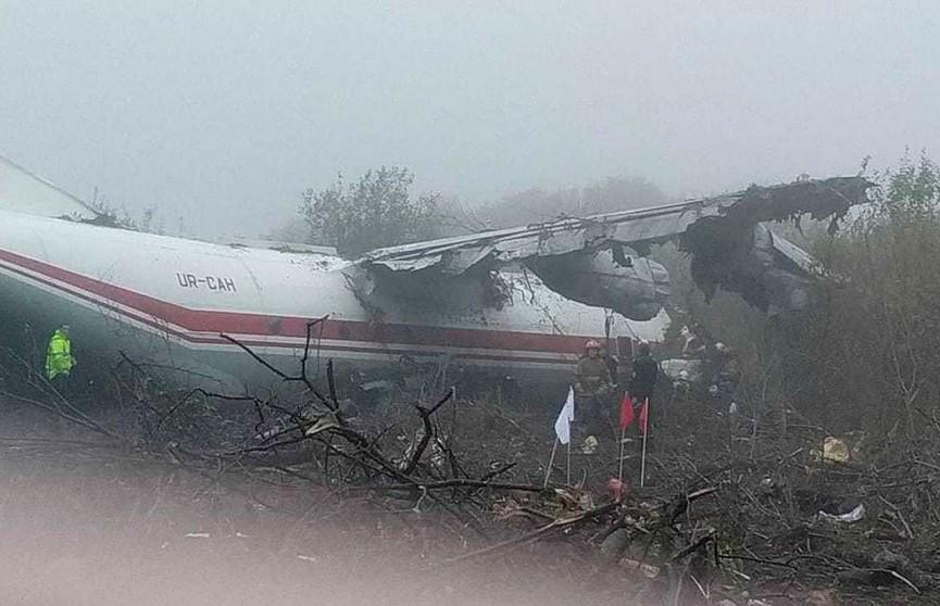 Самолет Ан-12 совершил аварийную посадку под Львовом. Погибли пять человек