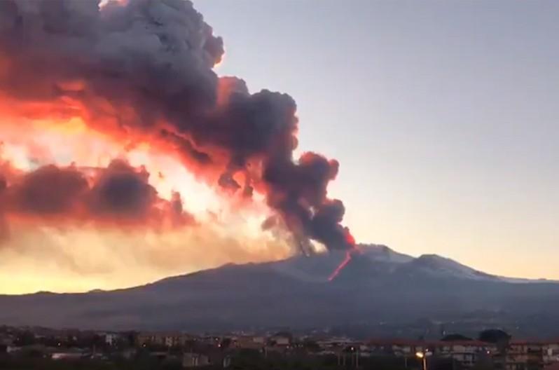 На острове Сицилия началось извержение вулкана Этна (ВИДЕО)