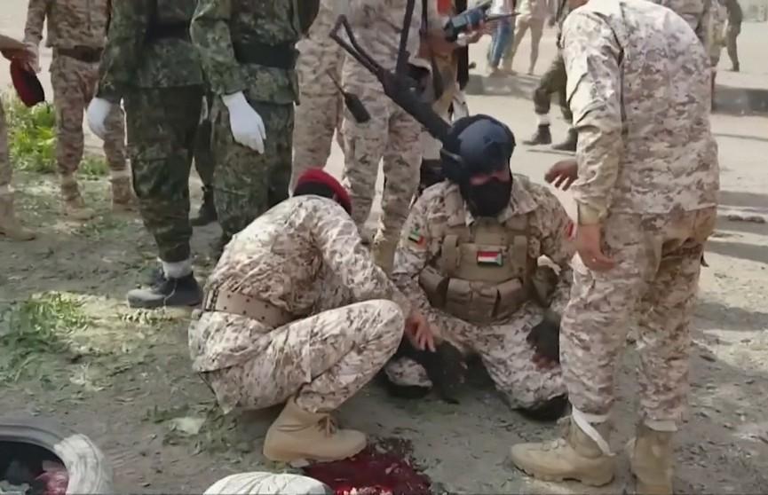 Боевики атаковали военный парад в городе Аден (Йемен). Погибли более 30 человек