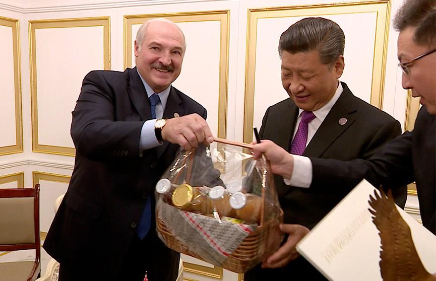 Александр Лукашенко подарил Си Цзиньпину ко дню рождения бронзового аиста и корзину с продуктами из Александрии