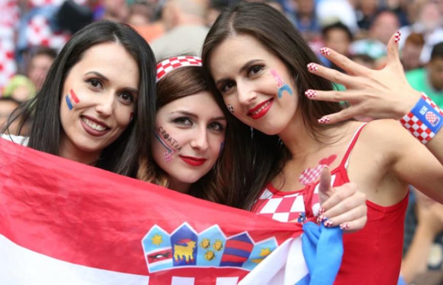 FIFA просит телевещателей реже показывать привлекательных фанаток на трибунах