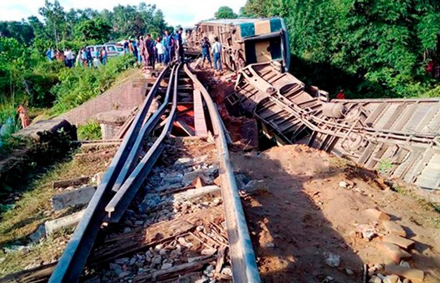 Поезд сошёл с рельсов в Бангладеш