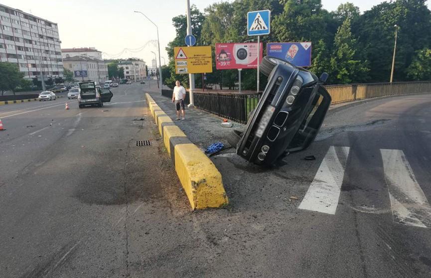ДТП в Бресте: BMW опрокинулось с путепровода после столкновения с такси