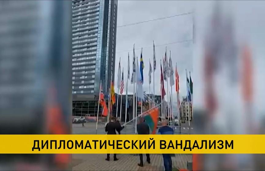 Дипкорпус Латвии покинул Беларусь после акта вандализма над белорусским государственным флагом в Риге. Реакция общества и заявления экспертов