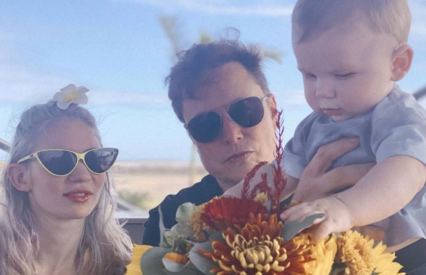 Илон Маск опубликовал семейное фото с Граймс и их сыном X Æ