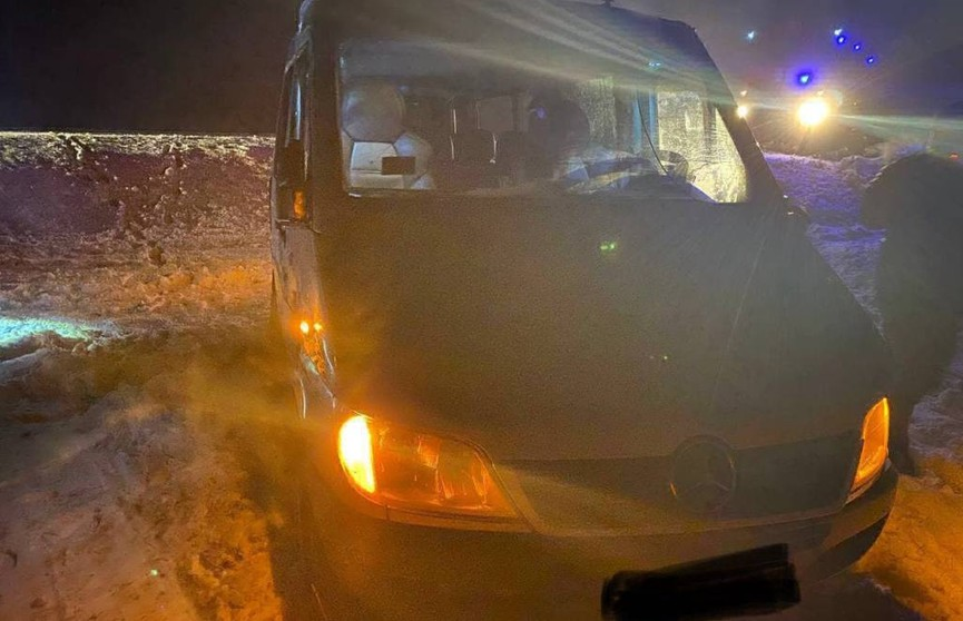 ДТП в Кировском районе: микроавтобус съехал в кювет и опрокинулся