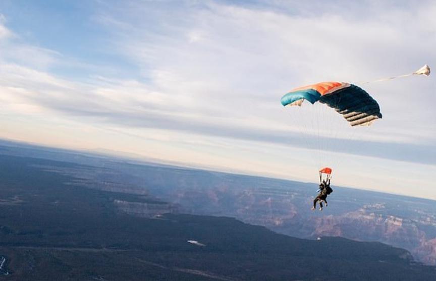 Жена подарила мужу прыжок с парашютом на годовщину свадьбы и погубила его