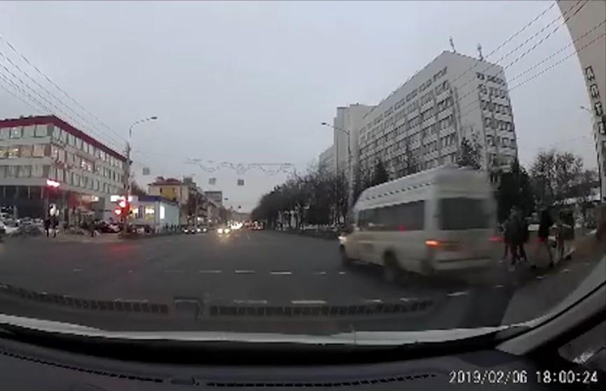 В шаге от трагедии: маршрутное такси проигнорировало красный сигнал светофора