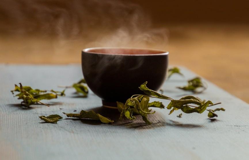Горячий чай помогает переносить жару. Как это работает? Объясняет диетолог